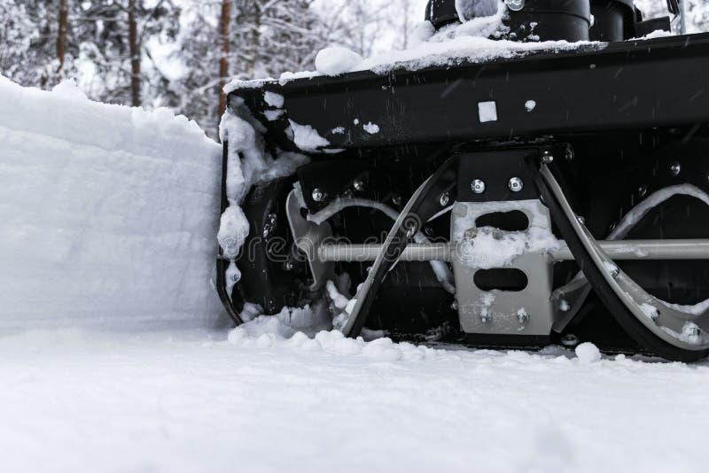 Souffleuse de neige au travail un jour d'hiver Enlever la neige après des chutes de neige de tempête de neige Dégagement de la gl photo stock