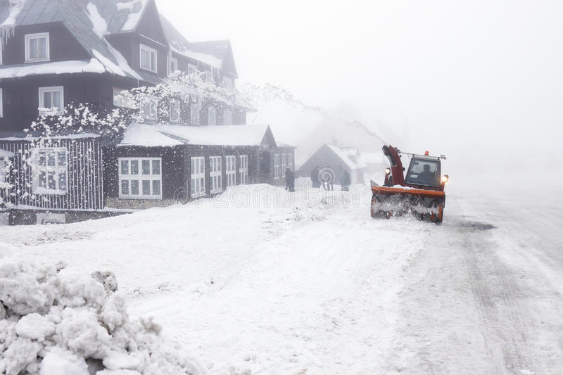 Souffleuse de neige sur la route photos libres de droits