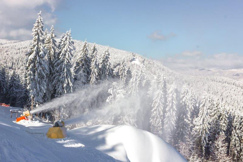Souffleuses de neige dans la station de sports d'hiver Bukovel en Ukraine photographie stock libre de droits