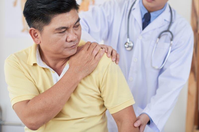Souffrance de la douleur dans l'épaule photo stock