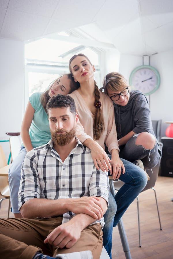Souffrance somnolente des jeunes de la dépression ou de la démotivation de lieu de travail photos libres de droits