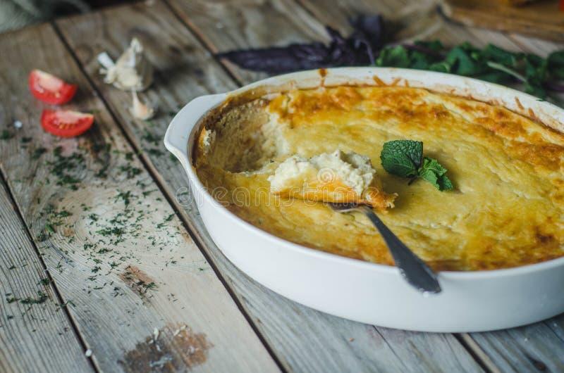 Soufle al forno del formaggio e dello zucchini con aglio e le erbe immagini stock