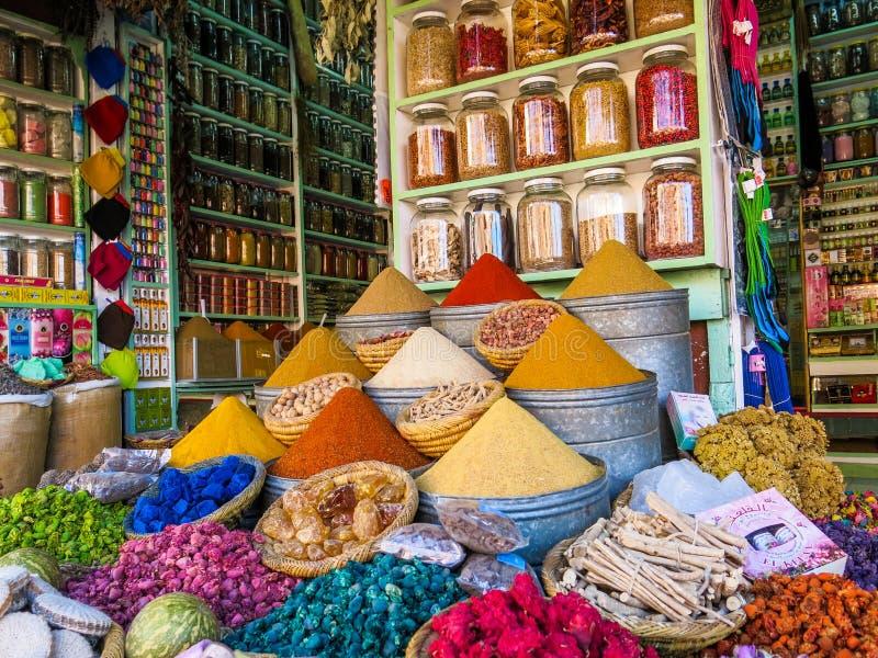 Souk Colourful delle spezie a Medina, Marrakesh, Marocco fotografia stock