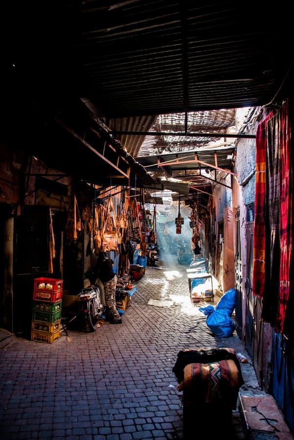 Souk in Marrakesch, mit dem Sonnenlichtströmen stockfotos