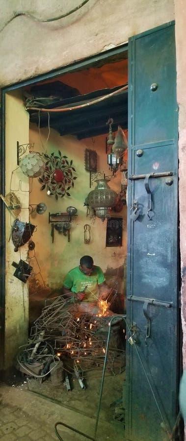 Souks vibrante de Medina Marrakesh - tienda del forjador foto de archivo libre de regalías