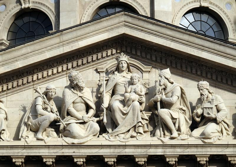 Soulagement bas de tympan montrant Vierge Marie et les saints hongrois, la basilique de St Stephen à Budapest photo stock