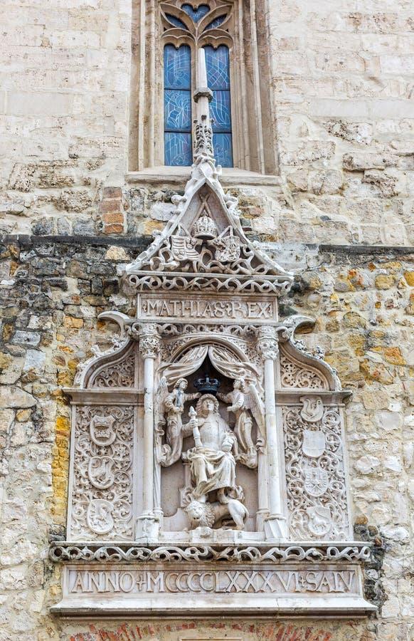Soulagement de Bas de roi de la Hongrie Matthias dans la pleine armure se reposant sur un lion Le soulagement de Bas est copie de photos stock