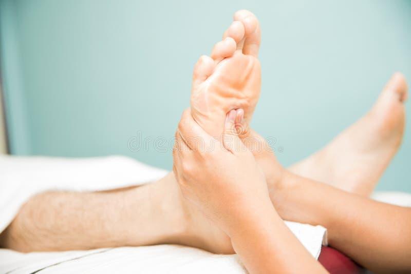 Soulagement de la douleur de voûte de pied dans une station thermale image stock