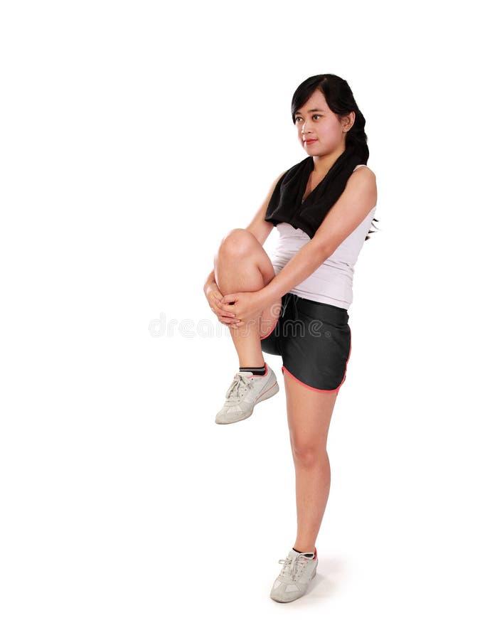 Soulevant une jambe pour s'étirer - plein corps photographie stock libre de droits