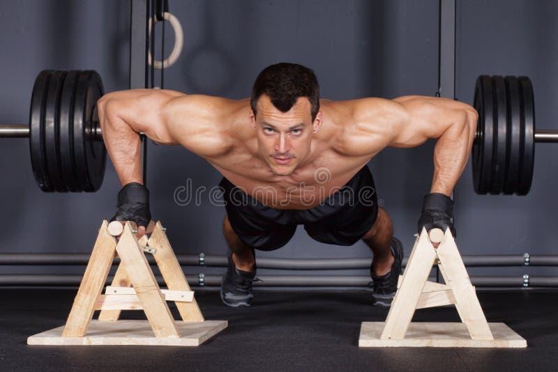 Soulevez l'homme faisant la formation de forme physique photo stock