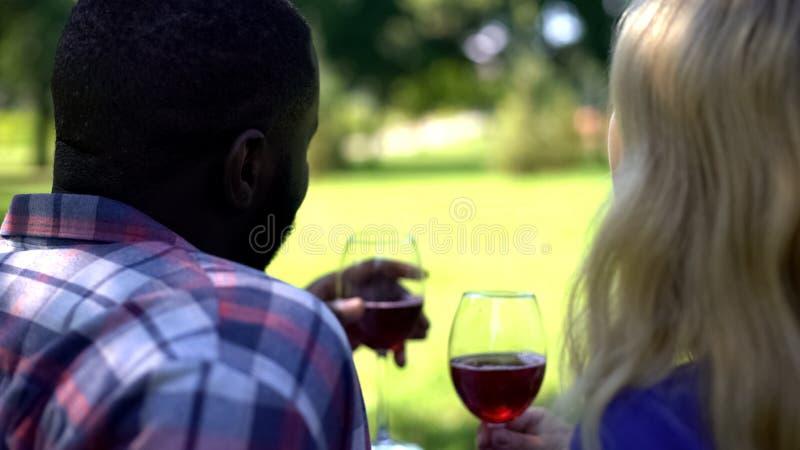 Soulmates com copos de vinho que discutem os planos futuros, relacionamento feliz, uni?o foto de stock royalty free