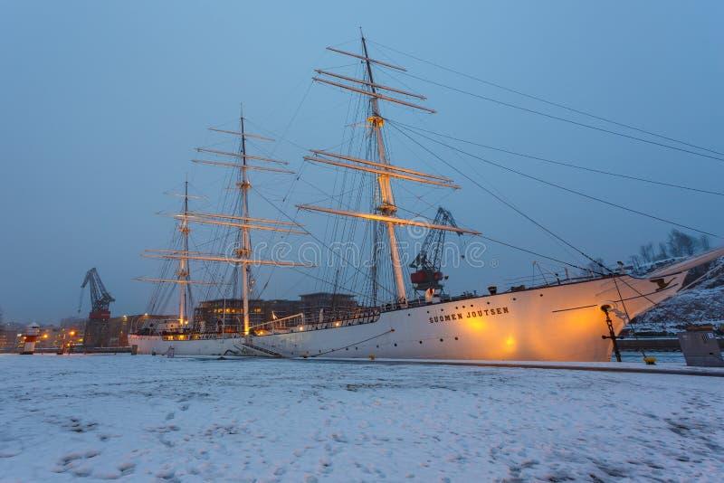 Soumen Jotusen ha ancorato Turku esterna in Finlandia nell'orario invernale immagine stock