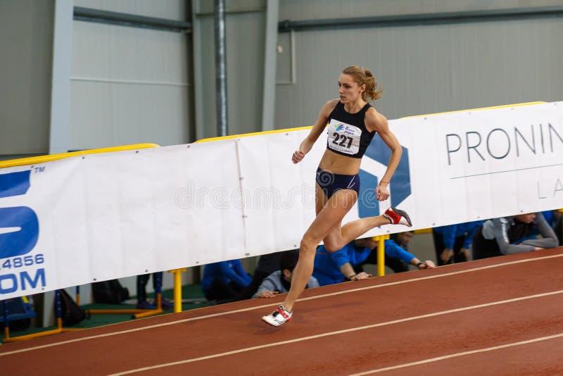 SOUMI, UKRAINE - 17 FÉVRIER 2017 : Anna Drozdova concurrencent dans le ` s 400m de femmes fonctionnant dans un événement d'intéri image stock