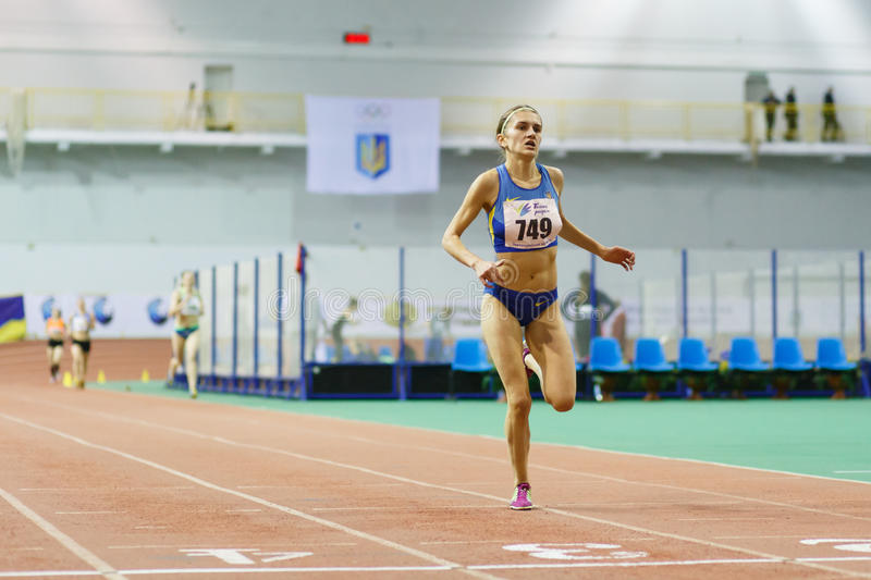 SOUMI, UKRAINE - 17 FÉVRIER 2017 : finition de course de 3000m sur le championnat d'intérieur ukrainien 2017 d'athlétisme Natalii photos stock