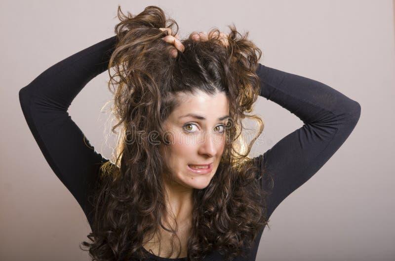 Soumis à une contrainte avec la coiffure images libres de droits