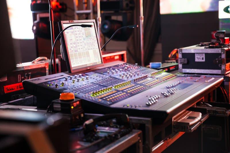 Soundboard DJ или смешивая польза консоли в ядровых записи и воспроизводстве стоковое фото