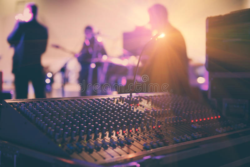 Soundman που λειτουργεί στην κονσόλα μίξης στη αίθουσα συναυλιών στοκ εικόνα με δικαίωμα ελεύθερης χρήσης