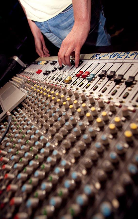 Soundman con la console di miscelazione immagini stock