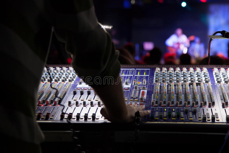 Soundman som arbetar på den blandande konsolen. royaltyfria foton