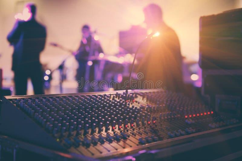 Soundman som arbetar på den blandande konsolen i konserthall royaltyfri bild