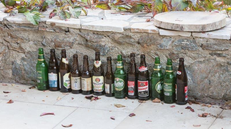 Sounion, Grèce - 25 octobre 2017 ; Rangée de différentes bières, bière images libres de droits