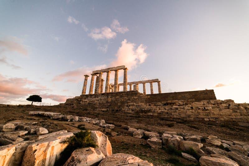 Sounion tempel av Poseidon i Grekland, guld- timme för solnedgång arkivbild