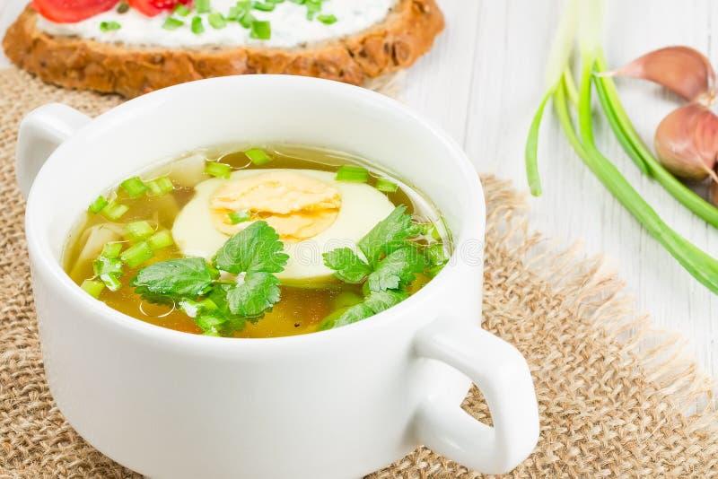Soup med ägget på ett trä ytbehandlar royaltyfria foton