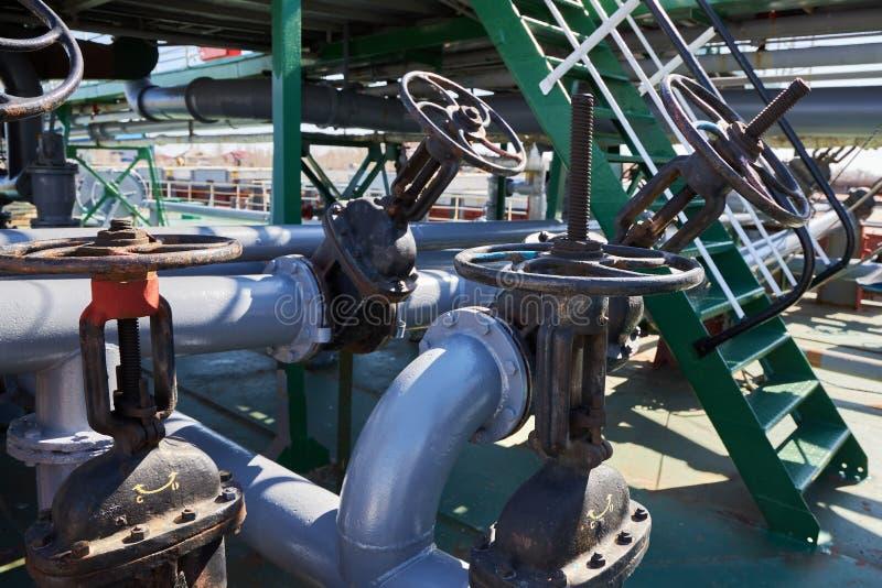 Soupapes à vanne et canalisations sur la plate-forme d'un pétrolier photographie stock