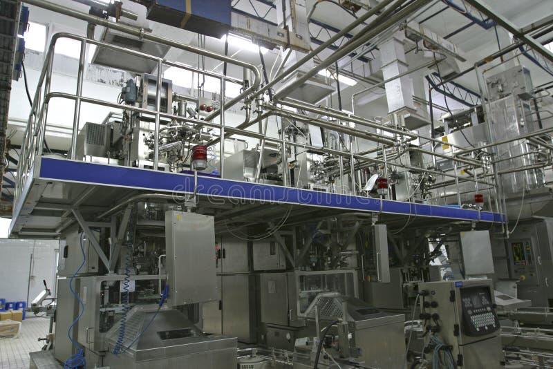 Soupapes et pipes de contrôle de température dans la laiterie moderne images stock