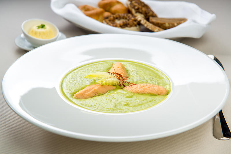 Soupe à épinards avec des boulettes image stock