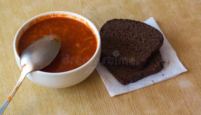 Soupe à Borscht avec du pain photographie stock