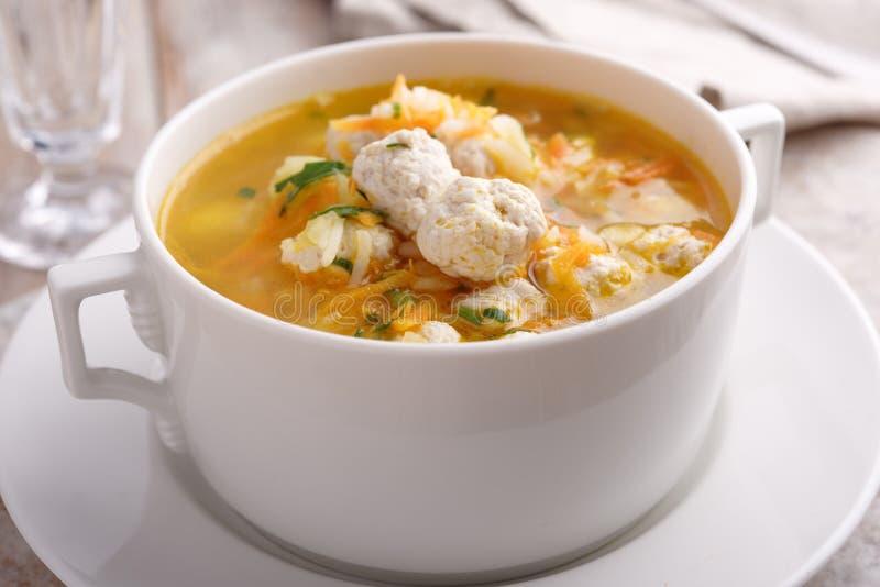 Soupe à boulette de viande de poulet images libres de droits