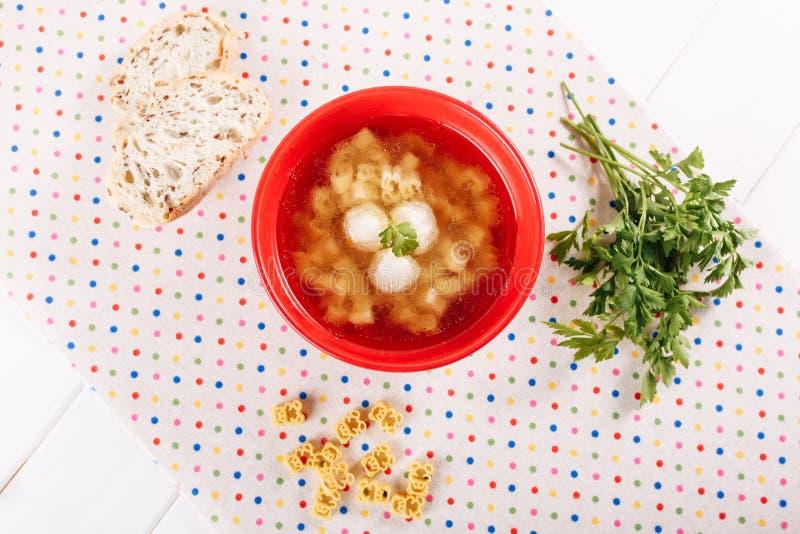 Soupe à boulette de viande de poulet avec la configuration plate supérieure de nouille images libres de droits