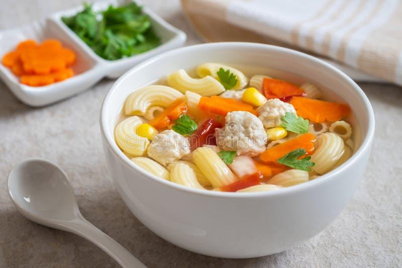 Soupe à boulette de viande de poulet de macaronis dans la cuvette image stock