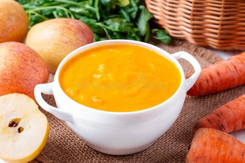 Soupe à carotte avec la pomme dans un bol de mozzarella image stock