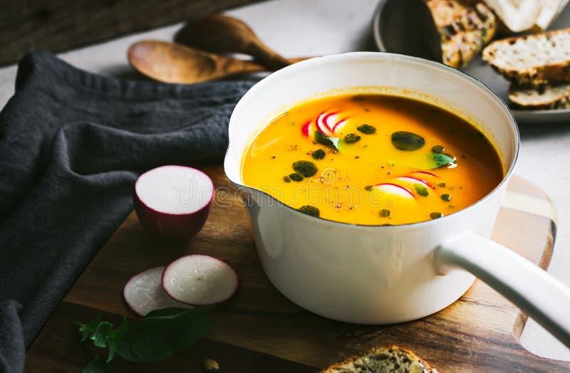 Soupe à carotte et à potiron avec de l'huile de basilic image libre de droits