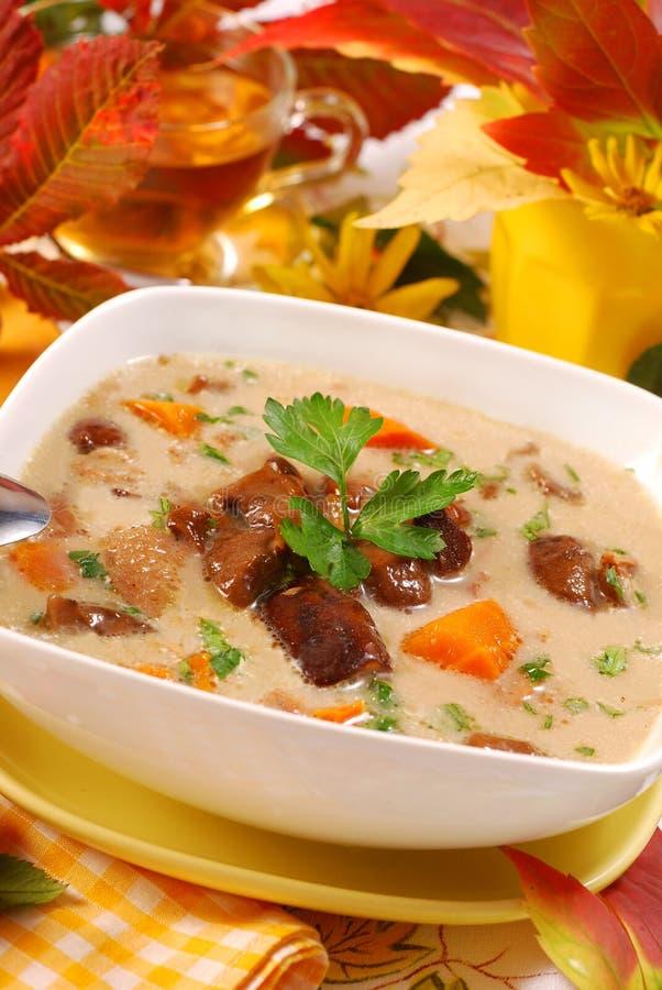 Soupe à champignons d'automne avec de la crème images stock