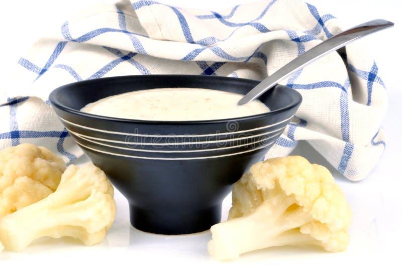 Soupe à chou-fleur dans une cuvette photo stock
