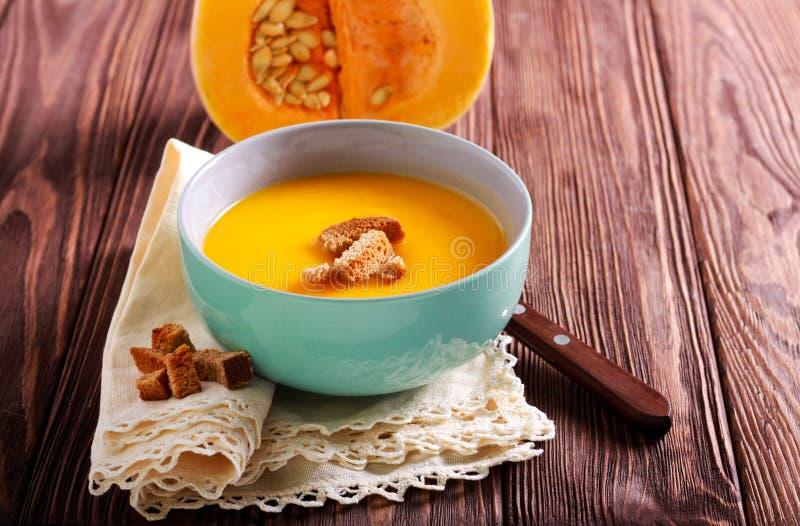 Soupe à courge de Butternut avec des croûtons image stock