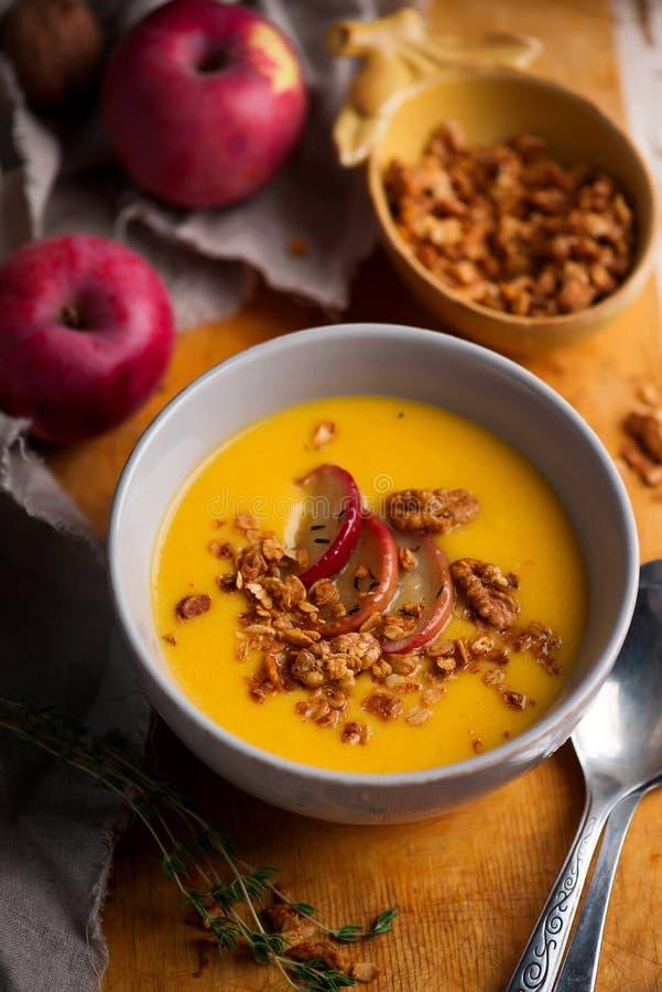 Soupe à courge de butternut de pomme de cheddar Style rustique image libre de droits
