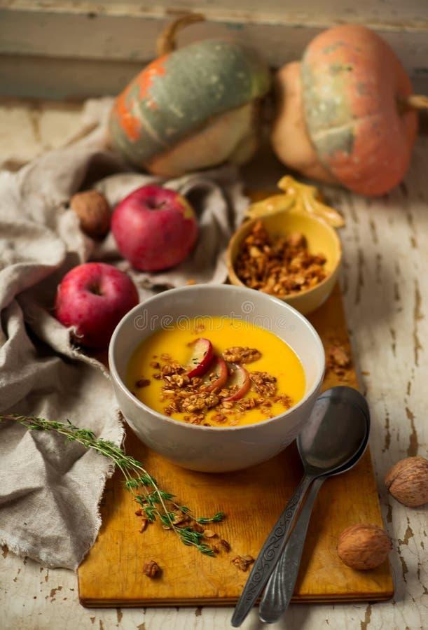 Soupe à courge de butternut de pomme de cheddar Style rustique photos stock