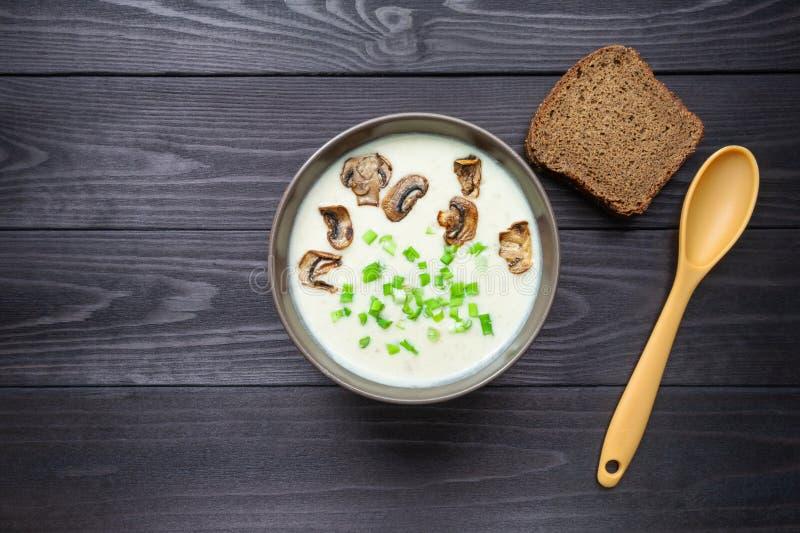 Soupe à crème de fromage sur le fond en bois foncé photo stock