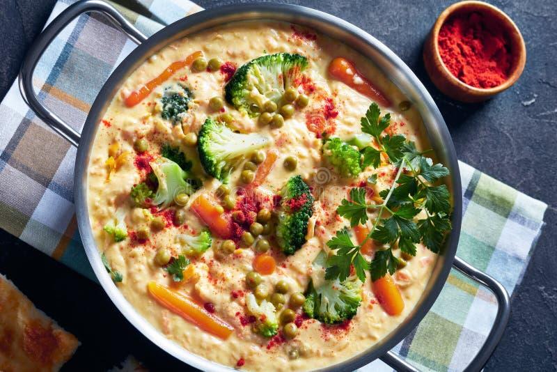 Soupe à fromage de cheddar de brocoli dans un pot maetal photo stock