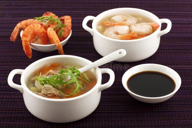 Soupe à fruits de mer avec des crevettes et des légumes frais photos libres de droits
