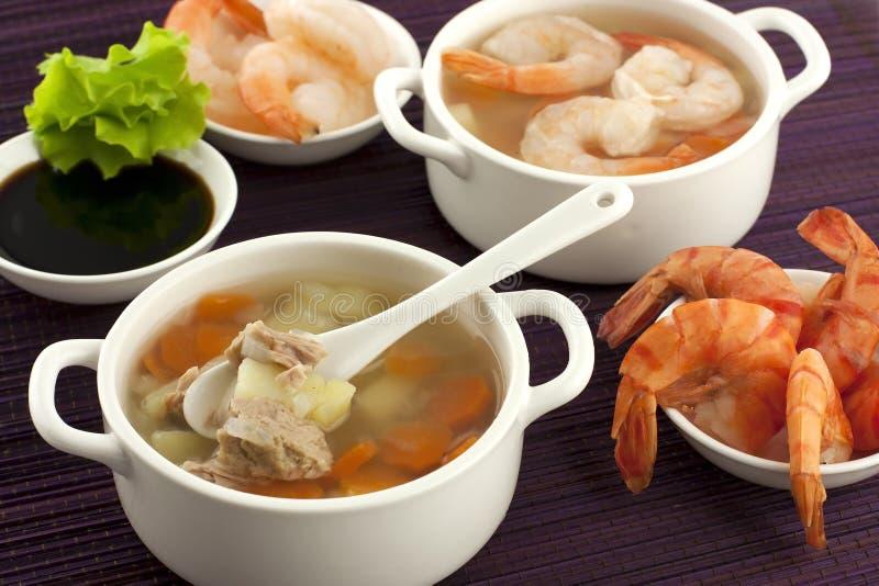 Soupe à fruits de mer avec des crevettes et des légumes frais photographie stock
