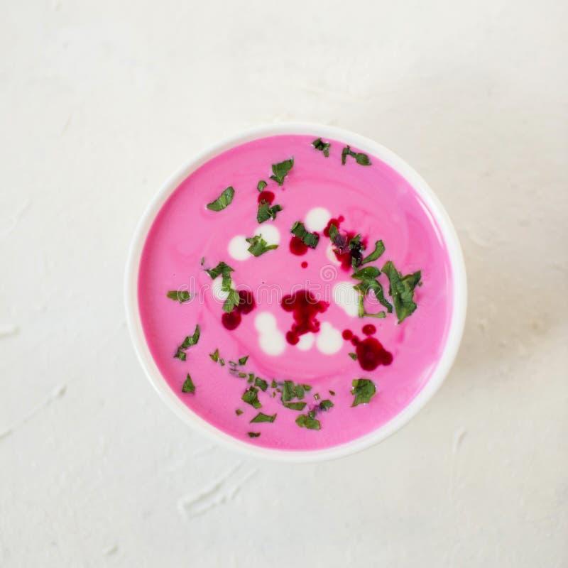 Soupe à la betterave Soupe à la betterave de detox de ressort Concept de la consommation saine ou de la nourriture végétarienne V photo stock