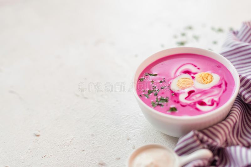 Soupe à la betterave Soupe à la betterave de detox de ressort Concept de la consommation saine ou de la nourriture végétarienne V image stock