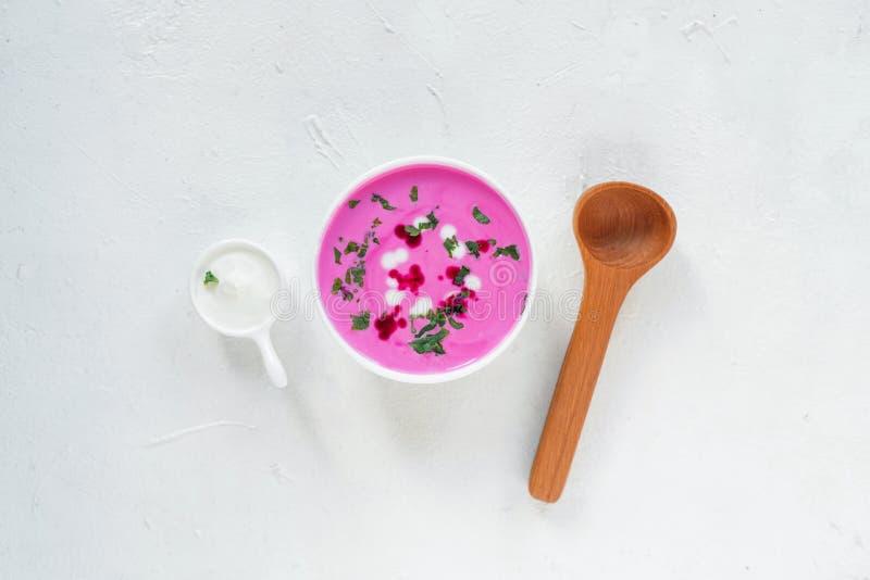 Soupe à la betterave Soupe à la betterave de detox de ressort Concept de la consommation saine ou de la nourriture végétarienne V images libres de droits