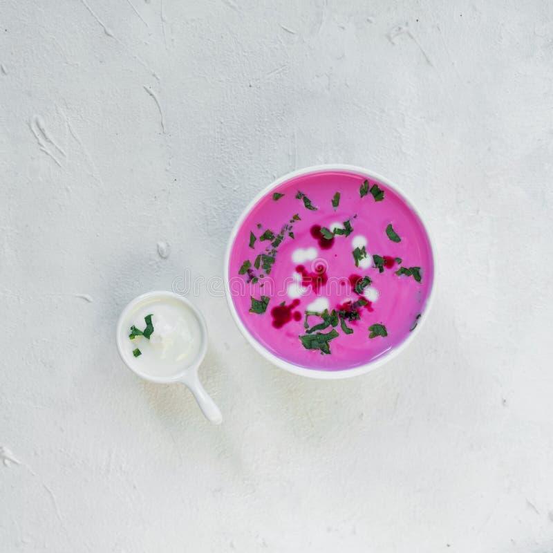 Soupe à la betterave Soupe à la betterave de detox de ressort Concept de la consommation saine ou de la nourriture végétarienne V image libre de droits