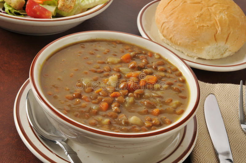 Soupe à lentille avec de la salade et un petit pain images stock
